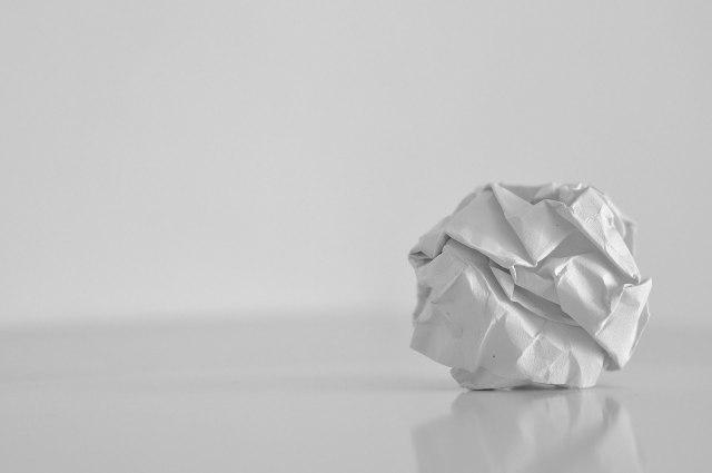 papel-blanco-miedo-arrugado